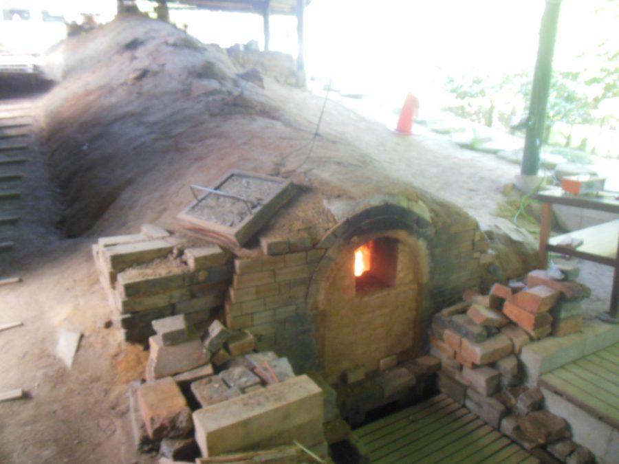 穴窯で陶芸作品を窯焚焼成中です