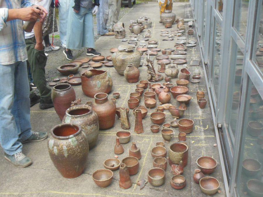 穴窯で焼成した陶芸作品の窯出しを行いました